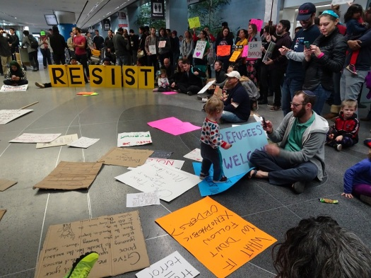 crowd-scene-with-toddler-at-sfo-protest-1-29-17-small